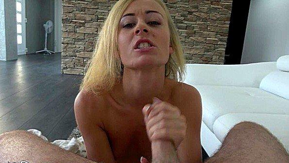 Аматерка красавица сексуальная с небольшими сиськами пососала ствол на камеру