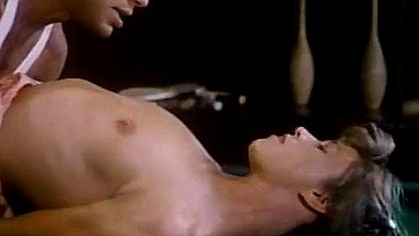 Брюнеточка со спермой лижет пизду мастурбирует манду сосет хуй ретро