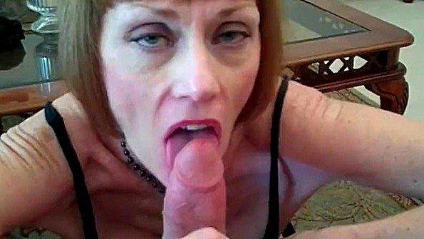 Непрофессионалка милфа силой отсасывает пенис на камеру