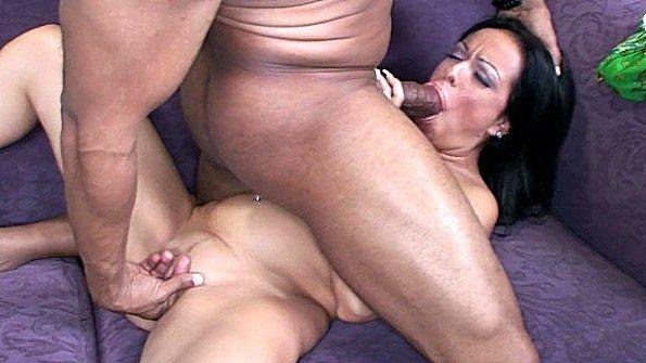 Широкобёдрую массивным членом девку жестко ебёт мамка с негром берет в рот болт (Carla Novais, Shane Diesel, Valentina Lopez)