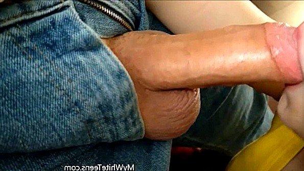Массивным хуем с текущей спермой обсосала хер 18-ти летняя