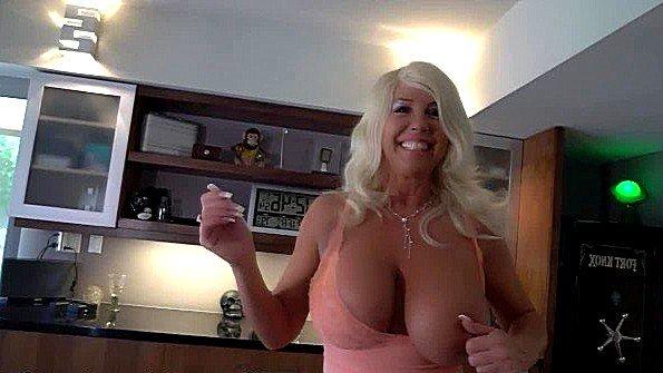 Девонька с большой грудью в возрасте порно-кастинг облизывает кукан (Wifey)