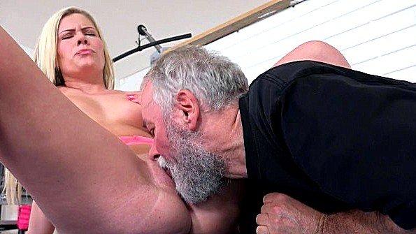 Блондиночка жесткая ебля горячая лижет киску отсасывает пенис на улице русские дедок