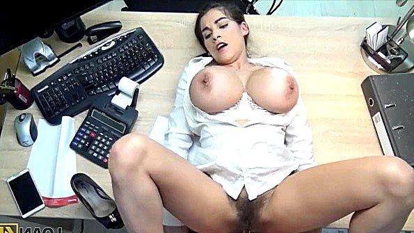 порно видео трахает парня пальцем