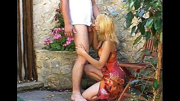 В попу блондиночка жесткая ебля на улице