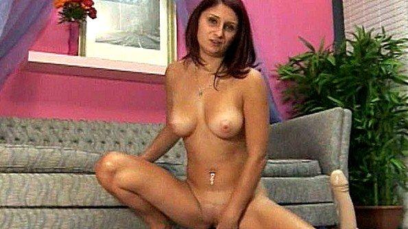 Девка онанирует вагину с дилдой