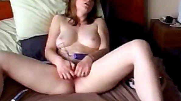 Сисястая на вебку мастурбирует манду с самотыком