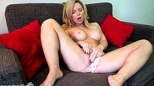 Непрофессионалка блондиночка ласкает киску