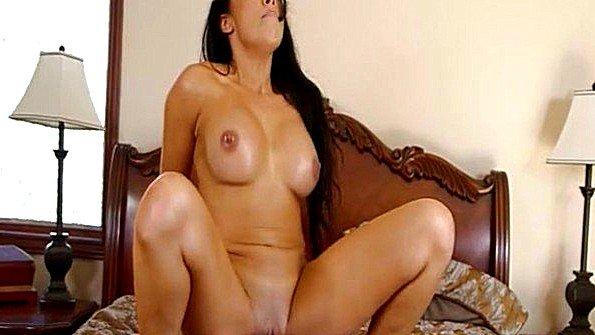 С большой грудью чувиха в возрасте (Rio Lee)