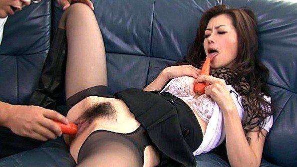 Жесткий секс дрочит пизду с вибратором японка
