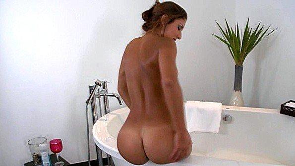 Толстозадая баба горячая ласкает киску (Nicole Grey)