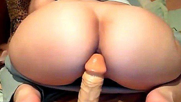 Толстожопая на вебку мастурбирует манду с самотыком
