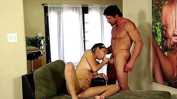 Массивным членом жестко ебёт инцест берет в рот болт помоложе (Tommy Gunn)