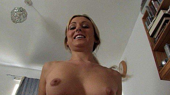 Блонда симпатичная с маленькой грудью от первого лица