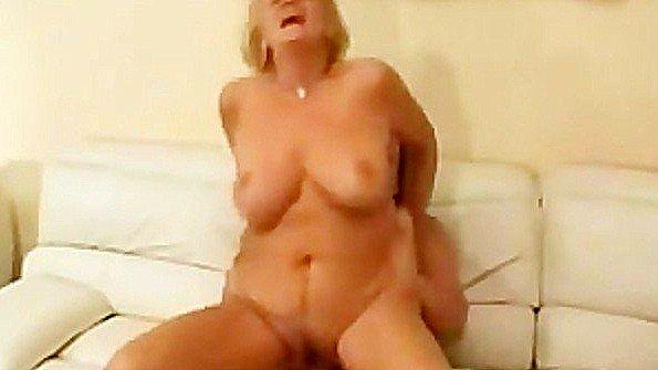 Девоньку с большой грудью жестко трахнули матюрка
