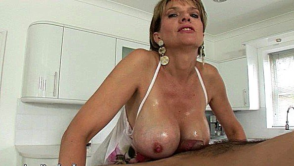 С крупными дойками британка дрочит хер дамочка (Lady Sonia)