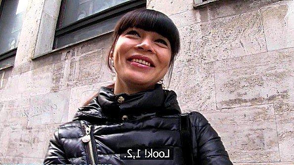 Азиатка непрофессионалка на улице