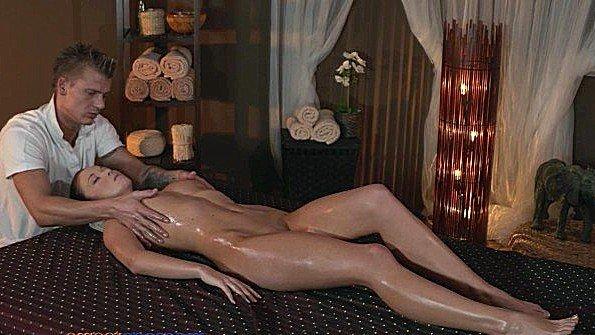 Большим членом симпатичная на массаже