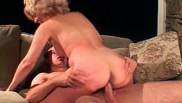 Блондиночка сиськастая жесткая ебля старуха