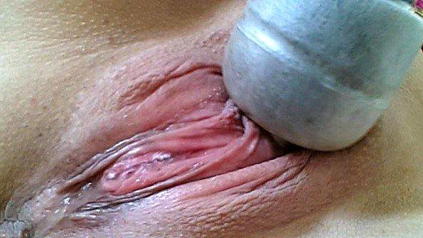 Дилетантка треплет пилотку секс-игрушкой струйный оргазм