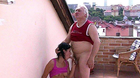 Грудастая брюнетка публично старый мужик