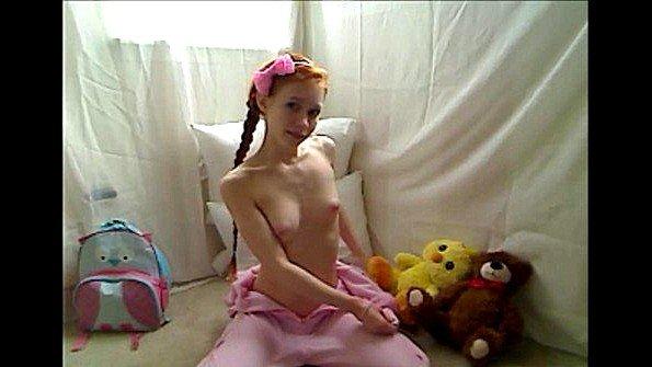 Перед вебкой стройная 19-ти летняя рыжая (Dolly Little)