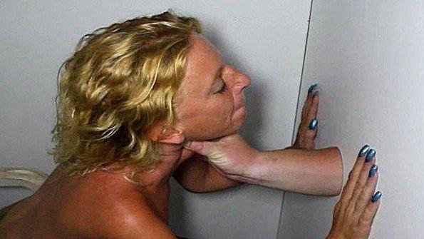 Блондинка зрелка с маленькими сиськами делает минет член