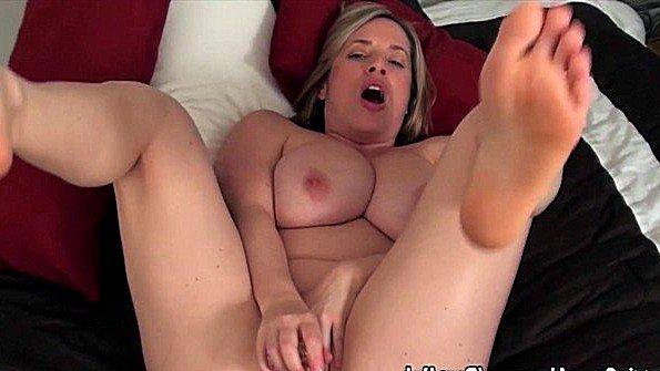 С крупными дойками дамочка тискает клитор стриптиз (Maggie Green)