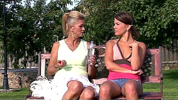 Лезбиянки помоложе с дилдой за 50