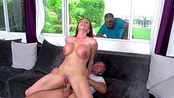 С большой грудью огромным членом чувиха в возрасте (Ariella Ferrera, Keiran Lee)