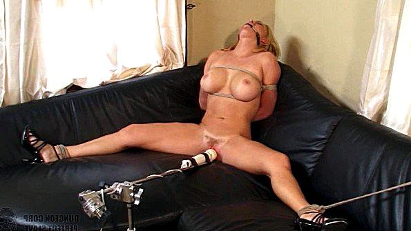 Блондинка грудастая с бондажем с вибратором (Krissy Lynn)