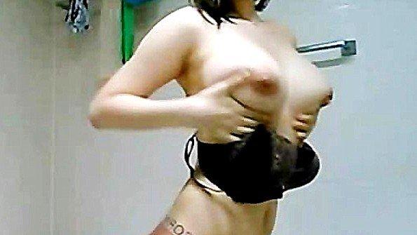 Титькастая перед веб-камерой кореянка красивый стриптиз