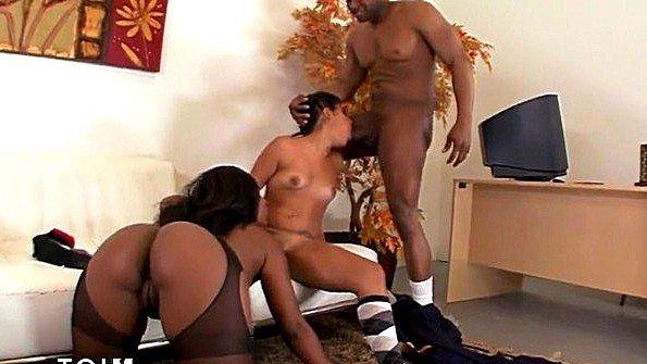 Огромным членом секс втроем жестко трахнули африканка