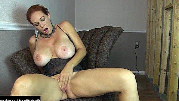 С крупными дойками дамочка тискает клитор рыжая (Charlee Chase)