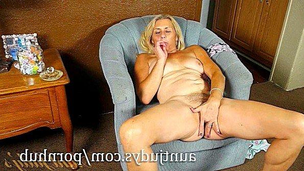 Первый раз блонда мастурбирует манду старая