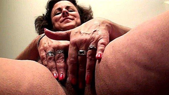 Сисястая брюнеточка мастурбирует манду старая