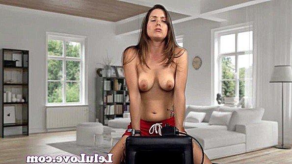 Дилетантка телка треплет пилотку секс-игрушкой (Lelu Love)