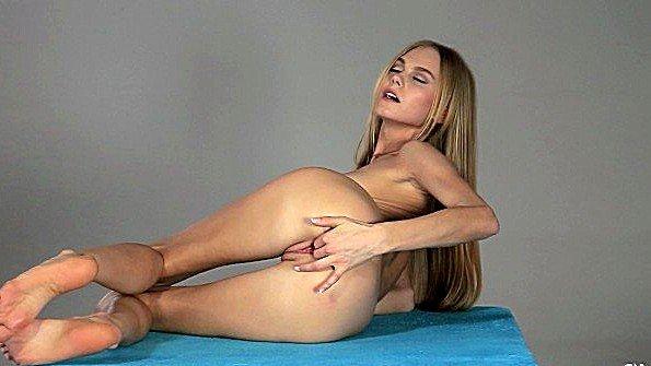 Симпатичная мастурбирует манду юная (Nancy A)