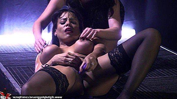 С большими сиськами потаскуха на кастинге смуглянка раздевается стриптиз (Eva Lovia, Luna Star, Nikki Benz)