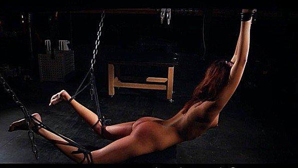 В верёвках девушка с сексигрушками