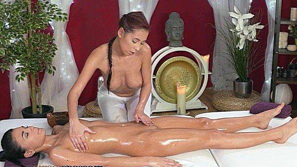 С большими сиськами худая на массаже 18-ти летняя (Christy Charming)