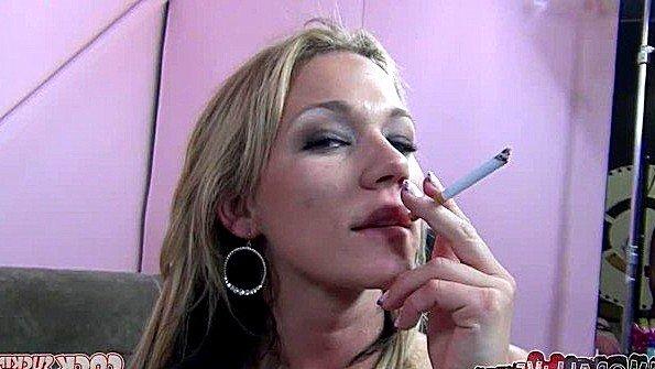 Деваха с буферами и курит