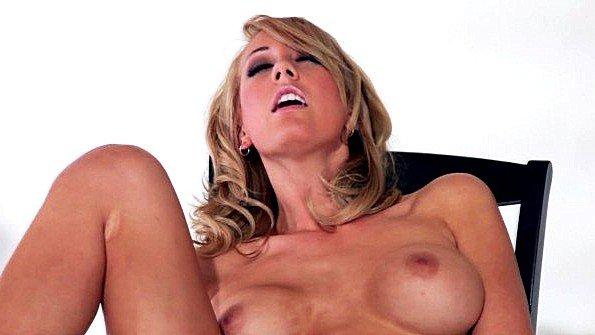 Блонда сисястая мастурбирует манду с самотыком (Brett Rossi)