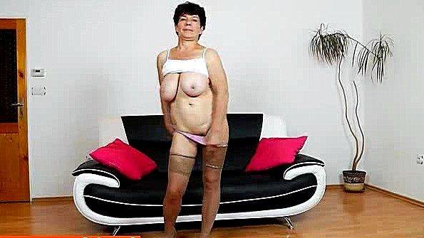 Гладит письку с сексигрушками бабка голая стриптиз