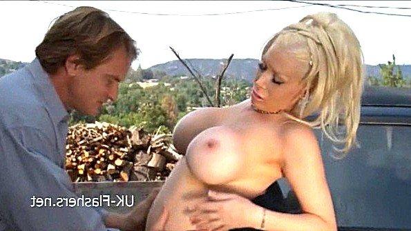 Девонька с большой грудью облизывает кукан на виду у всех