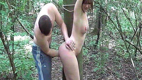Рабыня девка у всех на виду фистингует