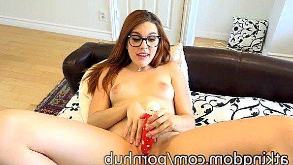 Симпатичная мастурбирует манду юная с самотыком