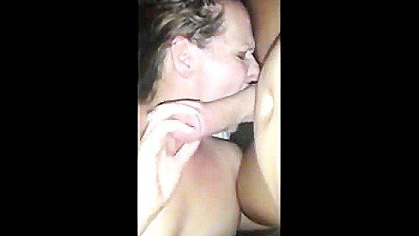 В попу милфа отсасывает пенис на камеру