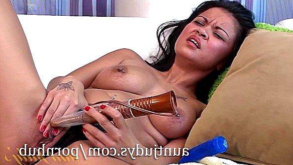 Азиатка аматерка онанирует вагину с дилдой
