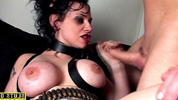 Титькастая рабыня девка грубо